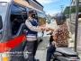 Bulan Puasa Penuh Berkah, Sat Binmas Polres Aceh Selatan Perangi Covid-19 Dengan Membagikan Masker